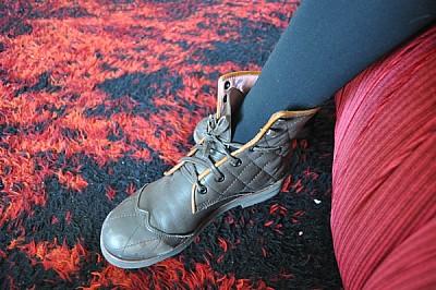 interior, zapato, pierna, mujer, joven, sillon, co