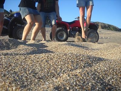 exterior, playa, arena, medanos, tres personas, 25