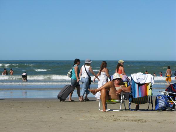 sudamerica,america del sur,america,uruguay,cabo polonio,costa,playa,dia,aire libre,exterior,verano,vacaciones,calor,agua,mar,cielo,relax,descanso,relajado,tranquilidad,paz,grupo de personas,gente,multitud,tomando sol,tomando el sol,bronceado,bronceandose,reposera,silla,