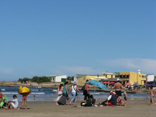 sudamerica,america del sur,america,uruguay,cabo polonio,costa,playa,dia,aire libre,exterior,verano,vacaciones,calor,agua,mar,cielo,relax,descanso,relajado,tranquilidad,paz,grupo de personas,gente,multitud