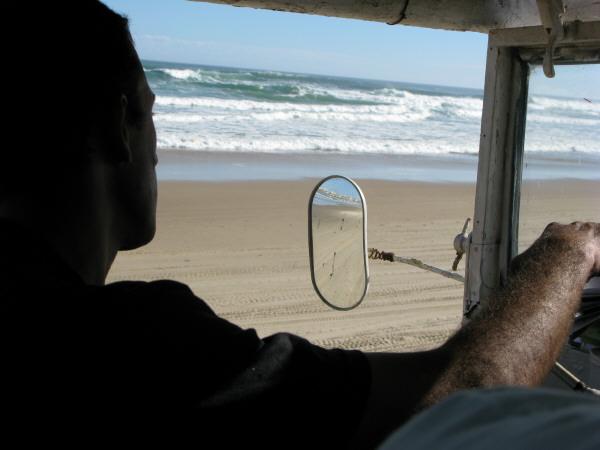 sudamerica,america del sur,america,uruguay,cabo polonio,costa,playa,dia,aire libre,exterior,verano,vacaciones,calor,una persona,gente,hombre,mediana edad,20-30 años,sombra,sombras,espejo,espejo retrovisor,silueta,jeep,4x4,camioneta,transporte,auto,coche,carro,autos,coches,carros,