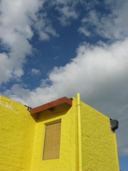 casa,construccion,casas,vista de abajo,cielo,amarillo,color,colores,vida,verano,aire libre,dia,exterior,nadie,nube,nubes,arquitectura,uruguay,cabo polonio,casa de playa,ventana,ventanas,alero,aleros,