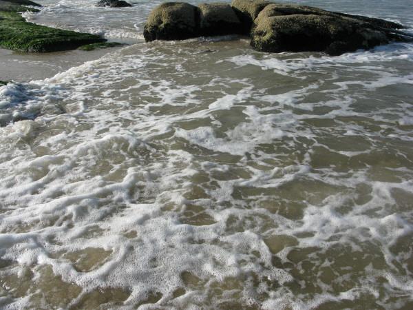 sudamerica,america del sur,america,uruguay,cabo polonio,costa,playa,dia,aire libre,exterior,verano,roca,rocas,vacaciones,calor,agua,mar,cielo,piedra,relax,descanso,relajado,tranquilidad,paz,ola,olas,rompiente,rompiendo,paisaje,espuma,fondo,background,