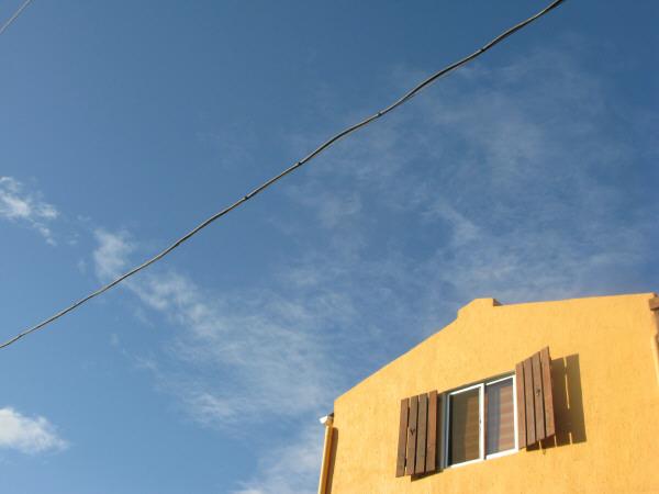 casa,construccion,casas,vista de abajo,cielo,verano,aire libre,dia,exterior,nadie,arquitectura,uruguay,cabo polonio,casa de playa,ventana,ventanas,cielo azul,amarillo,amarilla,color,colores,