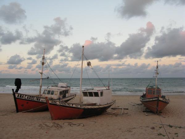 mar,cielo,vista de frente,fondo,background,nube,nubes,atardecer,verano,ocaso,puesta de sol,playa,barco,barcos,embarcacion,embarcaciones,viejo,antiguo,pesca,pesquero,pesquera,industria,local,artesanal,artesania,artesanias,