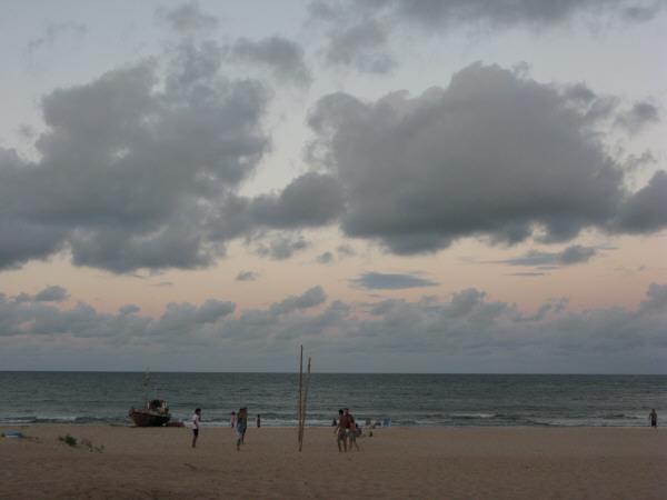 mar,cielo,vista de frente,fondo,background,nube,nubes,atardecer,verano,ocaso,puesta de sol,gente,grupo de personas,deporte,deportes,jugando,juego,voley,voley playero,playero,pelota,balon,playa,