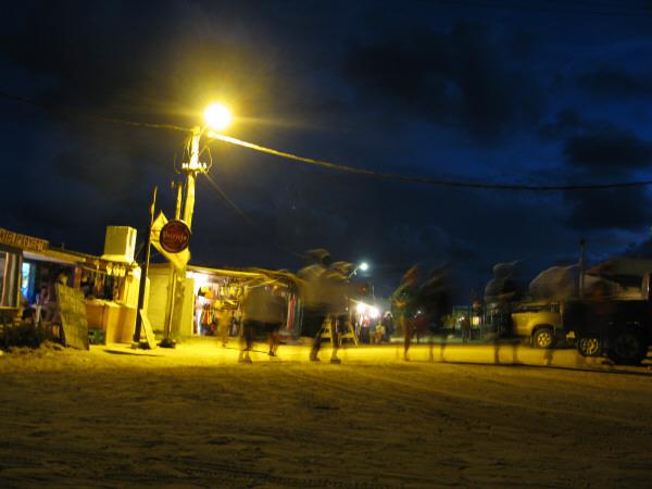 negocio,comercio,venta,restaurant,playa,verano,noche,costa,luz,luces,vista de frente,uruguay,cabo polonio,gente,grupo de personas,