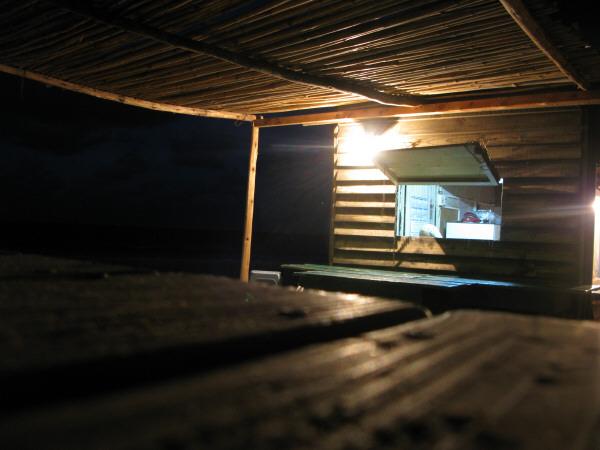 negocio,comercio,venta,restaurant,playa,verano,noche,costa,luz,luces,vista de frente,uruguay,cabo polonio,ventana,madera,maderas,nadie,piso,fondo,background,