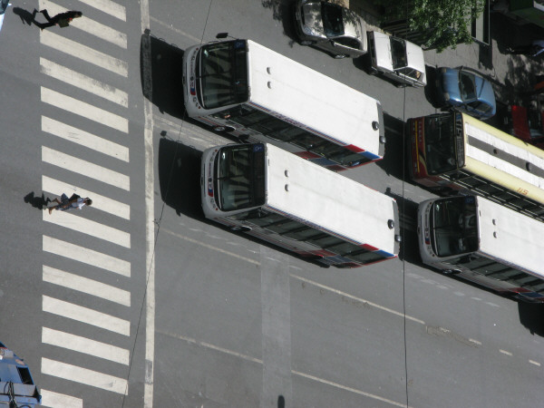 calle,calles,avenida,avenidas,bus,buses,colectivo,colectivos,transporte,transportes,vista de arriba,gente,grupo de personas,caminando,caminar,senda peatonal,lineas blancas,linea,lineas,cruzando,vialidad,transito,aire libre,dia,exterior,