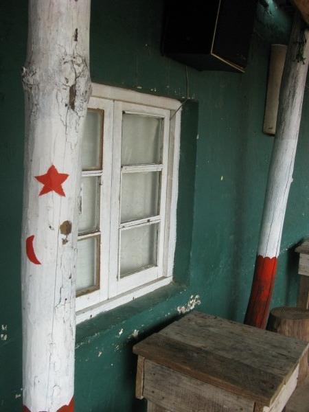casa,vista de frente,entrada,galeria,ventana,color,colores,madera,exterior,decoracion,estrella,estrellas,casa de playa,dia,columna,