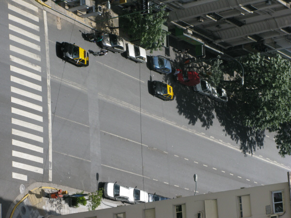 calle,calles,avenida,avenidas,vista de arriba,caminando,caminar,senda peatonal,lineas blancas,linea,lineas,vialidad,transito,aire libre,dia,exterior,ciudad,
