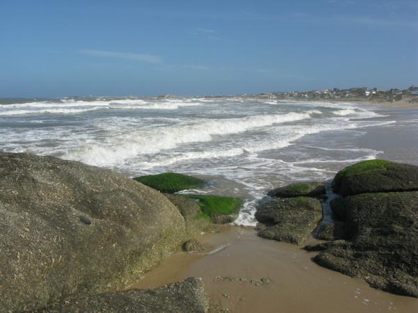 sudamerica,america del sur,america,uruguay,cabo polonio,costa,playa,dia,aire libre,exterior,verano,roca,rocas,vacaciones,calor,agua,mar,cielo,piedra,relax,descanso,relajado,tranquilidad,paz,paisaje,arena,