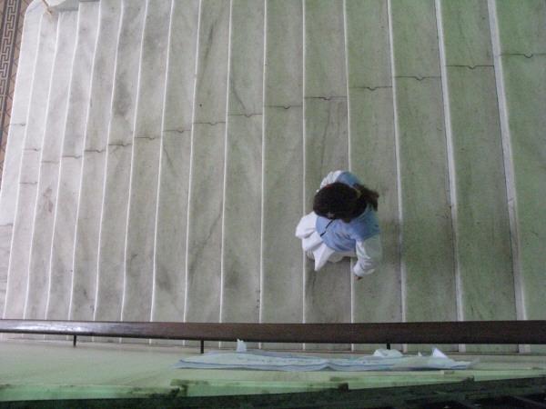 una persona,vista de arriba,gente,escale,escaleras,interior,escuela,colegio,institucion,educacion,