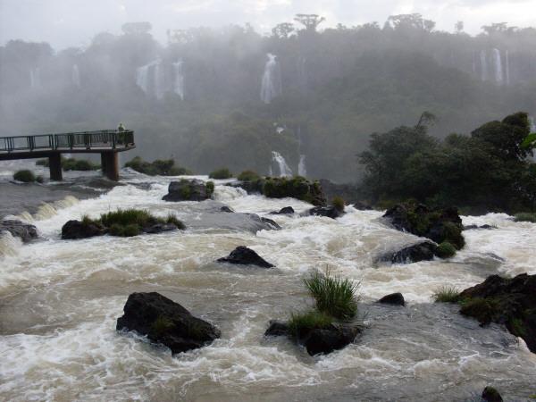 argentina,brasil,brazil,catarata,cataratas,cataratas del iguazu,iguazu,caida de agua,agua,cascada,vista de frente,paisaje,selva,naturaleza,parque nacional,turistico,turismo,
