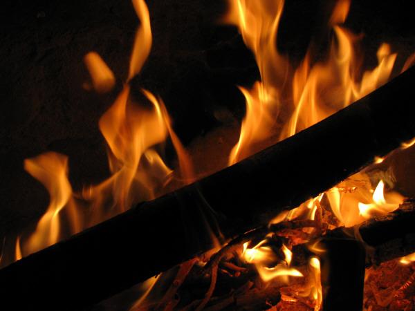 fuego,fuegos,calor,braza,brazas,rojo,amarillo,color,caliente,vista de frente,primer plano,madera,quemar,quemando,prender,energia,