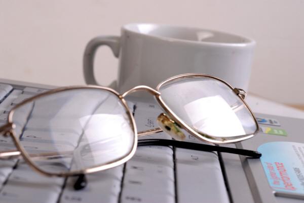prod03,desayuno,computadora,laptop,notebook,taza,te,diario,lente,lentes,interior,mañana,comenzar,informacion,moderno,nadie,anteojo,anteojos,