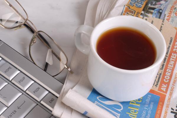 prod03,desayuno,computadora,laptop,notebook,taza,te,diario,lente,lentes,interior,mañana,comenzar,informacion,moderno,nadie,