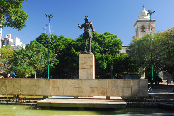 prod04,plaza,monumento,cordoba,argentina,vista de frente,estatua,primer plano,dia,aire libre,exterior,fuente de agua,