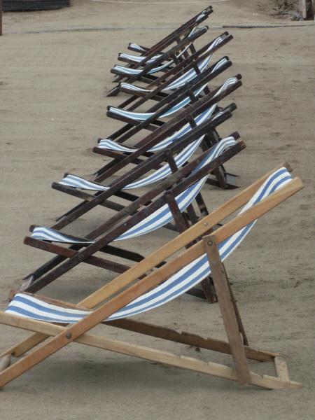 argentina,costa atlantica,playa,dia,aire libre,exterior,arena,balneario,nadie,soledad,solitario,mal tiempo,reposera,reposeras,silla,sillas,,prod05
