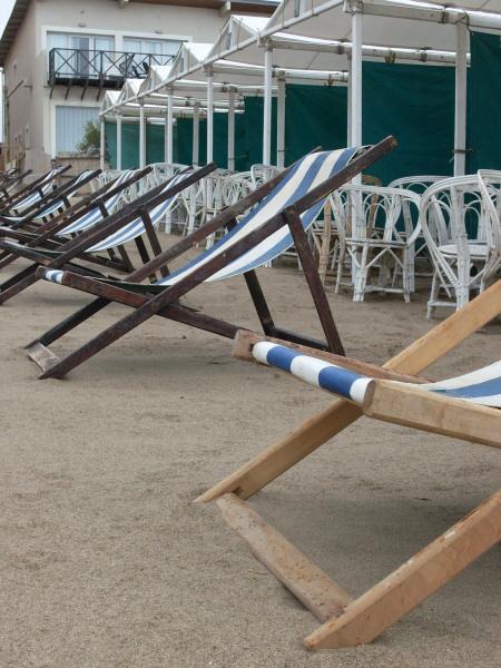 argentina,costa atlantica,playa,dia,aire libre,exterior,arena,balneario,nadie,soledad,solitario,mal tiempo,reposera,reposeras,carpa,carpas,silla,sillas,,prod05