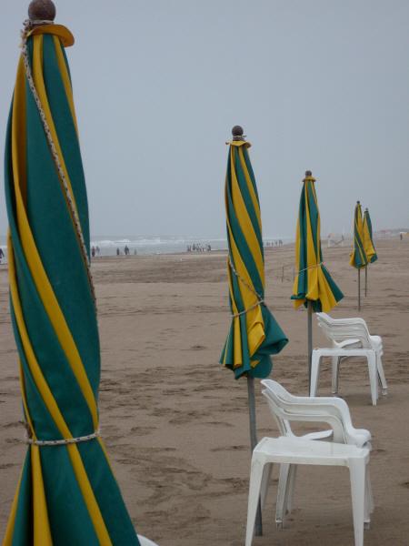 argentina,costa atlantica,playa,dia,aire libre,exterior,arena,balneario,nadie,soledad,solitario,mal tiempo,reposera,reposeras,sombrilla,sombrillas,cerrado,silla,sillas,,prod05