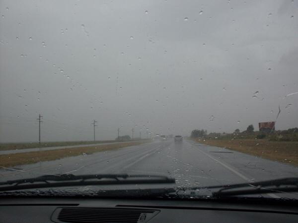 ruta,carretera,vista de frente,interior,auto,coche,carro,dia,mal tiempo,nublado,lluvia,lloviendo,llovisna,peligro,manejando,conducir,conduciendo,viaje,viajar,,prod05