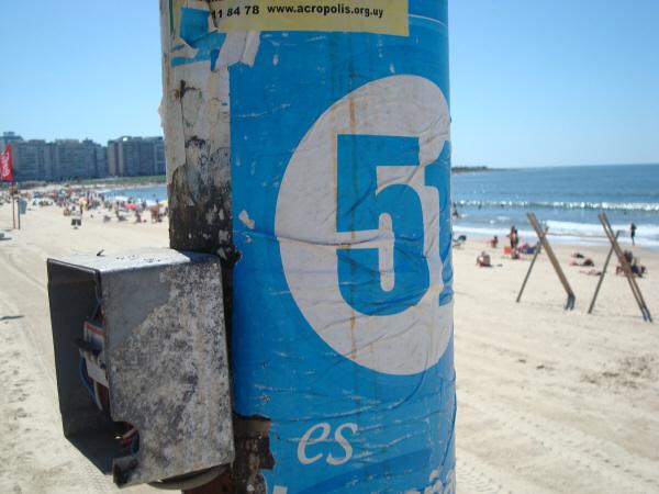 playa,dia,exterior,poste,poste de luz,cartel,pegado,pegar,papel,carteles,urbano,escena urbana,,prod05