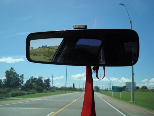argentina,uruguay,ruta,carretera,dia,aire libre,exterior,vista de frente,interior,auto,coche,carro,manejando,conduciendo,conducir,manejar,viaje,vacaciones,ir,yendo,espejo retrovisor,espejo,retrovisor,,prod05