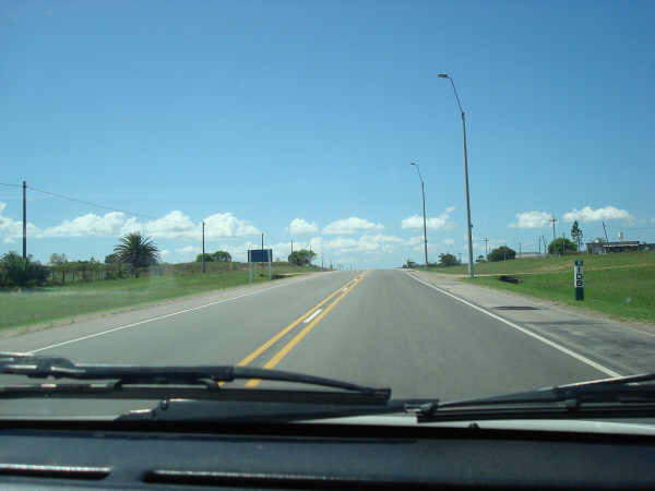 argentina,uruguay,ruta,carretera,dia,aire libre,exterior,vista de frente,interior,auto,coche,carro,manejando,conduciendo,conducir,manejar,viaje,vacaciones,ir,yendo,,prod05