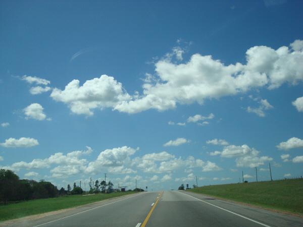 argentina,uruguay,ruta,carretera,dia,aire libre,exterior,vista de frente,paisaje,cielo azul,nubes,nube,,prod05