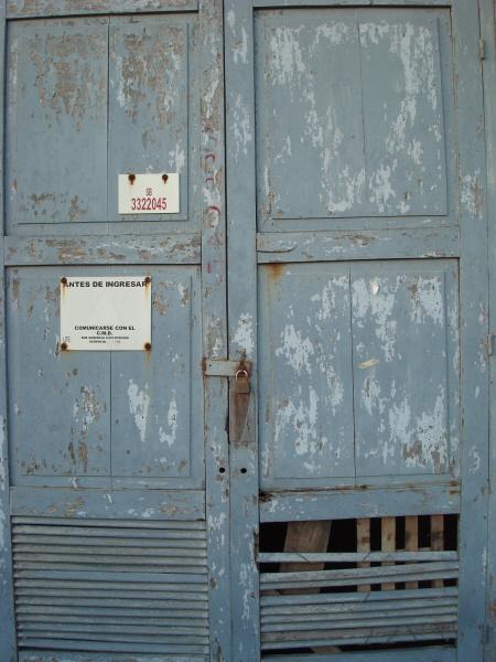 puerta,vista de frente,primer plano,madera,candado,oxido,oxidado,viejo,pasado,descascarado,pintura,fondo,seguridad,background,,prod05