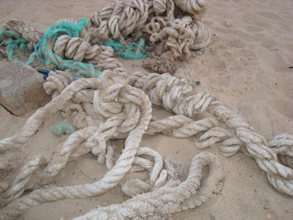 cuerda,soga,viejo,util,fuerza,enrollar,enrollado,sogas,vista de frente,mar,concepto,conceptos,oxido,dia,primer plano,desprolijo,,prod05
