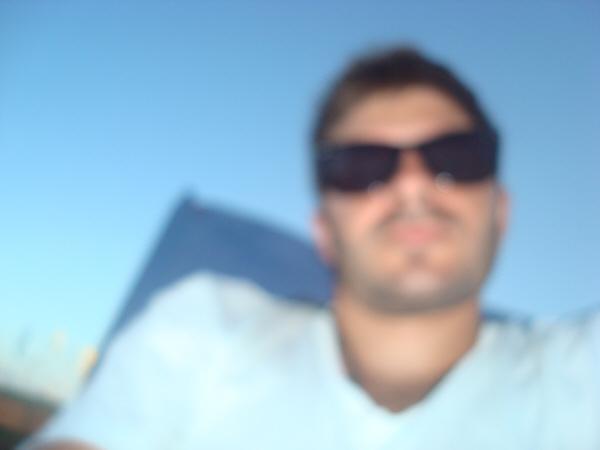 una persona,gente,hombre,20 años,25 años,30 años,joven,jovenes,vista de frente,tomando sol,bronceado,broncearse,dia,exterior,playa,relax,tiempo libre,vacaciones,adulto,adultos,solo,lente,lentes,lentes de sol,fuera de foco,,prod05