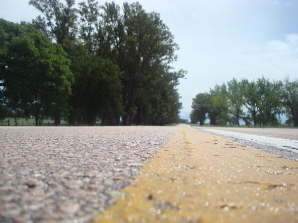 ruta,carretera,campo,escena rural,aire libre,dia,exterior,nadie,asfalto,paisaje,piso,viaje,viajar,linea amarilla,,prod05