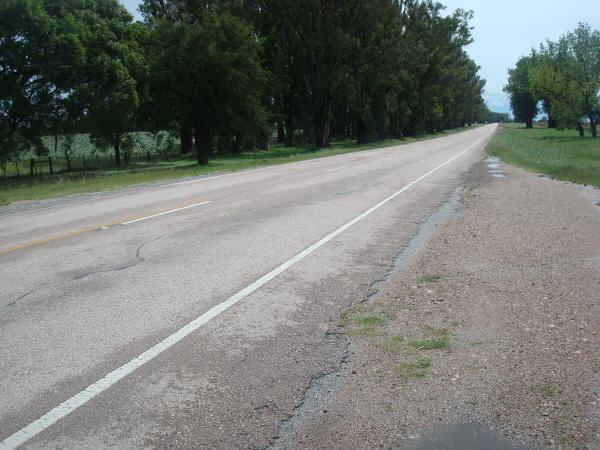 ruta,carretera,campo,escena rural,aire libre,dia,exterior,nadie,asfalto,paisaje,piso,viaje,viajar,,prod05