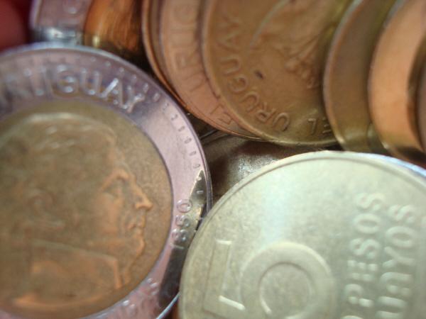 moneda,monedas,dinero,uruguay,peso,pesos,redondo,redondos,redonda,dorado,metal,finanza,finanzas,primer plano,mucho,muchos,ganancia,bienestar,,prod05