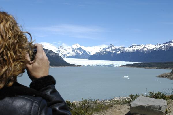 sudamerica,america del sur,argentina,santa cruz,glaciar perito moreno,glaciar,una persona,gente,hombre,fotografo,sacando,tomando,foto,fotografia,fotografiar,fotografiando,dia,paisaje,hielo,frio,exterior,parque nacional,,prod05