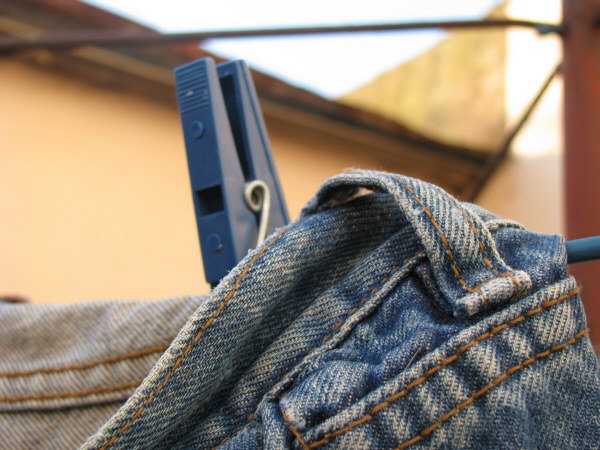 jean,jeans,tela,ropa,indumentaria,colgado,soga,secar,secado,secando,secandose,primer plano,broche,broche de ropa,pinza,pinzas,dia,exterior,nadie,concepto,,prod05