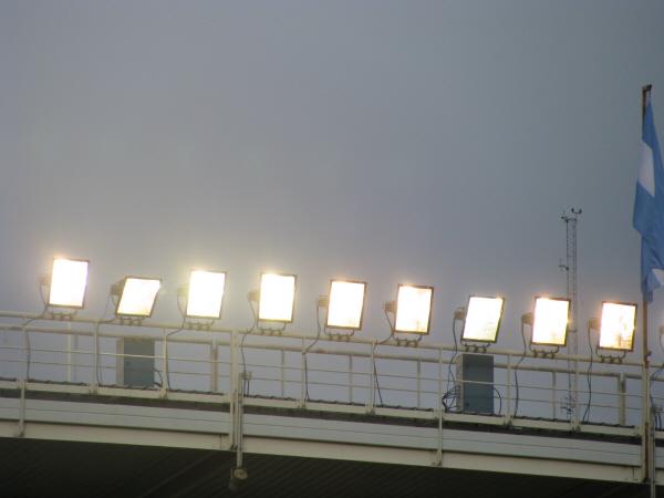 prod06,noche,exterior,reflector,reflectores,espectaculo,luz,luces,iluminacion,estadio,cielo,nadie,electricidad,vista de abajo,cancha,estadio,evento,recital,