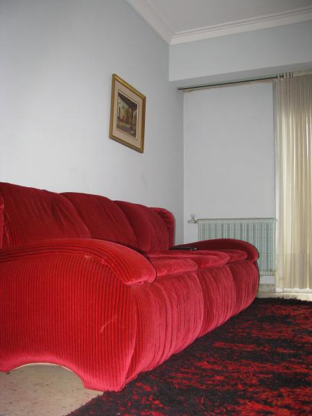 prod06,interior,living,livingroom,sala,sillon,sofa,color,colores,colorido,rojo,aterciopelado,terciopelo,tela,textura,nadie,vacio,soledad,alfombra,haciendo juego,control remoto,control,solo,cuadro,colgado,