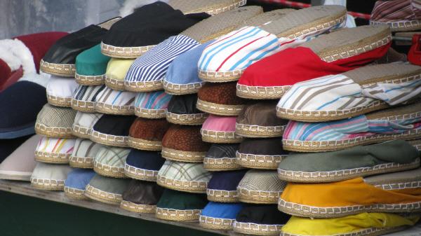 prod06,venta,puesto,ambulante,venta ambulante,primer plano,zapatilla,zapatillas,calzado,calzados,color,colores,colorido,alpargata,alpargatas,nadie,mercaderia,