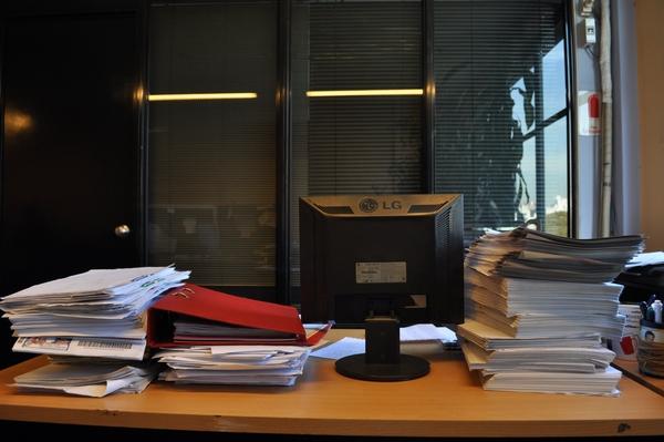 interior, escritorio, oficina, trabajo, pila, mucho, papeles, monitor,