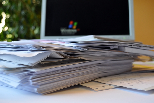 papeleo, oficina, interior, escritorio, trabajo, comercio, negocios, pc, sillon, de dia, despacho, boligrafo, fotografia, nadie, horizontal, cuadernos, de cerca,ABRIL2013
