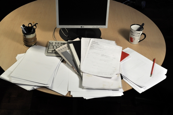 papeleo, oficina, interior, escritorio, trabajo, comercio, negocios, pc, sillon, de dia, despacho, boligrafo, fotografia, nadie, horizontal, cuadernos, vista en alto, desorden, tazas,ABRIL2013