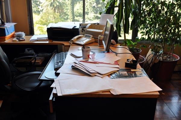 ventana, papeleo, oficina, interior, escritorio, trabajo, comercio, negocios, pc, sillon, de dia, despacho, boligrafo, fotografia, nadie, horizontal, cuadernos, vista en alto, desorden, telefono, ,ABRIL2013