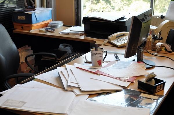 ventana, papeleo, oficina, interior, escritorio, trabajo, comercio, negocios, pc, sillon, despacho, boligrafo, fotografia, nadie, horizontal, cuadernos, desorden, telefono, ,ABRIL2013