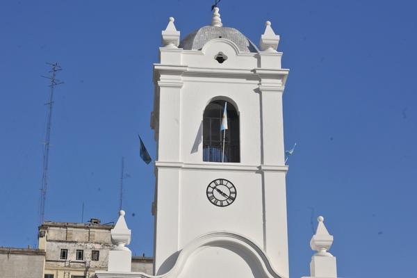 cabildo, patria, politica, antiguo, emblema, ciudad, exterior, cultura, ciudad, buenos aires, arquitectura, fotografia, vertical, soleado, cupula, reloj, en alto, antenas,ABRIL2013
