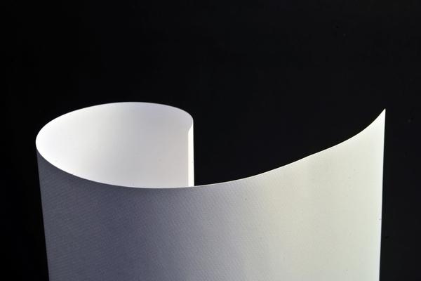 foto de estudio, fondo negro, papel, hoja, fotografia, horizontal, nadie, doblada, vista de arriba, blanco, primer plano, de cerca, simple, actividad de ocio,ABRIL2013