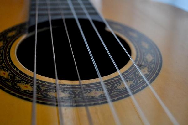 foto de estudio, interior, musica, guitarra, cuerdas, fotografia, horizontal, nadie, simple, actividad de ocio, de cerca, enfoque en primer plano, instrumento, cultura,ABRIL2013