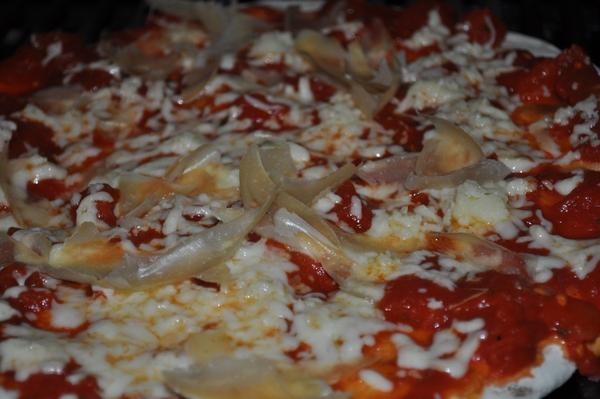 pizza, masa, a la piedra, queso, salsa, comestible, casera, cocida, fotografia, simple, nadie, horizontal, cocina domestica, preparacion, primer plano, de cerca, ,ABRIL2013